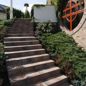 Prowadzące na taras schody także przybrały okrągłą formę. Fot. Bartosz Jarosz.