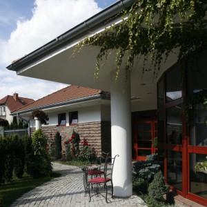 Krągłe formy przeszklonych fasad powielają liczne cokoły, pełniące tu funkcje zarówno dekoracyjna, jak i praktyczną. Fot. Bartosz Jarosz.
