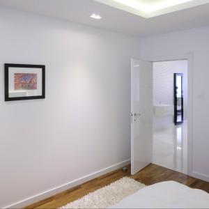 Białe ściany, sufity oraz stolarka drzwiowa tworzą czyste, przestronne wnętrze. Proj. Agnieszka Hajdas - Obajtek. Fot.Bartosz Jarosz.