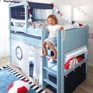 Dzięki tkaninowym detalom łóżko przypomina okręt. Fot. Annette Frank.