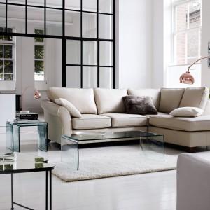 Szklane stoliki podkreślają nowoczesny styl jasnej aranżacji. Fot. Marks&Spencer.