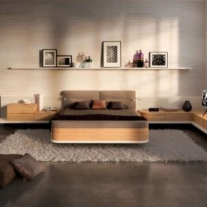 Jasne, beżowe ściany dobrze współgrają również z ciemnymi podłogami tworząc przyjemny kontrast. Sypialnia Mioletto II. Fot.Huelsta.