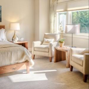 Delikatne beże świetnie łączą się z naturalnymi materiałami, zwłaszcza drewnem. W sypialni ważną rolę grają tkaniny, zasłony, narzuty. Zadbajmy o to,żeby razem z kolorem ścian tworzyły spójną kompozycję. Fot. Empik.