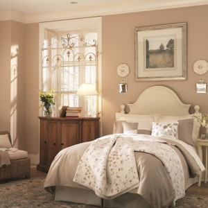Kremowe beże na ścianach w połączeniu ze starannie dobranymi tkaninami oraz białymi dodatkami tworzą wyjątkowo przytulną sypialnię. Fot. Benjamin Moore.