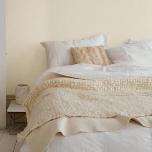 Kremowe beże świetnie komponują się z bielą. Jasne odcienie pomogą stworzyć przytulną, łagodną sypialnię. Fot.Dulux.