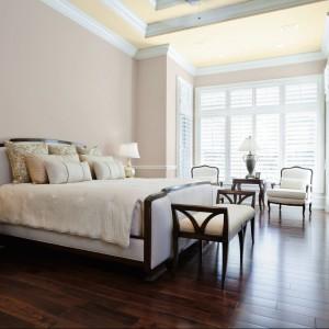 Połączenie dwóch kolorów - ciemniejszy na ścianach oraz jaśniejszy, cieplejszy odcień na suficie.Razem z drewnianą podłogą tworzą eleganckie,klasyczne wnętrze. Fot. Dekoral.