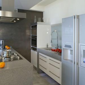 Wyspa pełni rolę strefy gotowania. Jej blaty są na tyle duże, że zapewniają również komfortową ilość miejsca na przygotowywanie posiłków. Projekt: Piotr Gierałtowski. Fot. Monika Filipiuk-Obałek.
