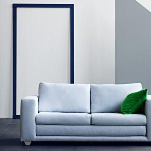 Rozkładana,dwuosobowa sofa Victor to ponadczasowy mebel o prostej formie. Proj.Kurt Brandt. Fot. Soft Line.