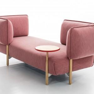 Modułowy zestaw sof  o intrygującej nazwie: (love me) Tender to geometryczne moduły połączone z drewnianymi elementami. Proj.Patricia Urquiola. Fot. Moroso.