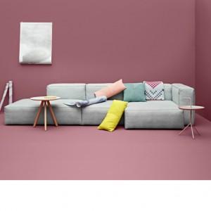 Sofa Mags to połączenie oszczędnej formy i kolorystyki. Masywne,geometryczne kształty świetnie sprawdzą się w przestrzennych salonach. Fot. Hay.
