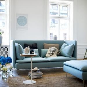 Meble wypoczynkowe z serii SÖDERHAMN  utrzymane w jasnych, turkusowych odcieniach. Fot. Ikea.