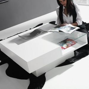 Niski stolik kawowy idealnie wpasuje się w minimalistyczne wnętrze. Fot. Circulo Muebles.