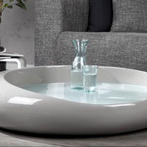 Blat stolika wygląda jak tafla wody w porcelanowej misie. Fot. Fabryka Design.