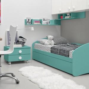 Jedną za ścian zabudowano białymi szafkami zostawiając wnękę na łóżko. Fot. Colombini Casa.