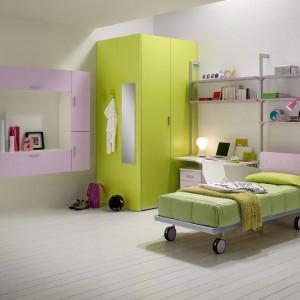 Kolorowa, pomysłowa ergonomiczna aranżacja niewielkiego pokoju dziewczynki. Fot. Spar.