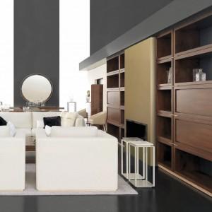 Brązowa meblościanka wyznacza granice wypoczynkowej części salonu. Fot. Mobil Frenso.