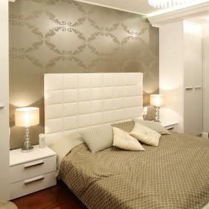 W sypialni zadbano o właściwy dobór oświetlenia. Połyskujący żyrandol dobrze komponuje się z z delikatnymi lampkami nocnymi. Proj.Karolina Łuczyńska. Fot.Bartosz Jarosz.