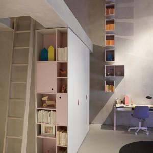 Pomysł na wystrój wysokiego pomieszczenia o niewielkim metrażu. Fot. Nidi.