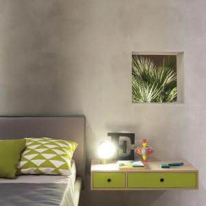 Szafkę nocną zastępuje zabudowana półka zawieszona na ścianie. Fot. Nidi.