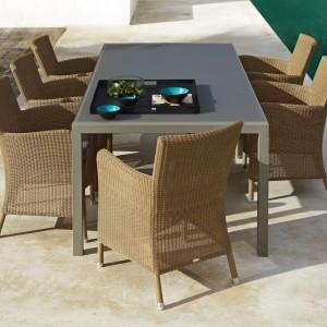 Stół ogrodowy Share marki Cane Line. Do wyboru blat szklany lub ceramiczny w białym lub szarym kolorze. Wym. 210x100 cm. Fot. Cane Line.