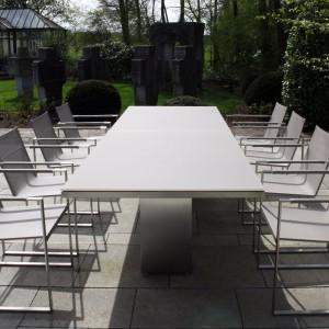Nowoczesny stół ogrodowy Doble 300 marki Fuerna Dentro w wersji ze szklanym blatem CLU. Wym. 300x100 cm. Fot. Fuera Dentro.