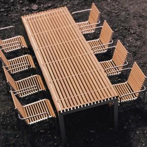 Stół ogrodowy ExTempore marki Extremis. Blat wykonany z drewna teakowego. Fot. Extremis.