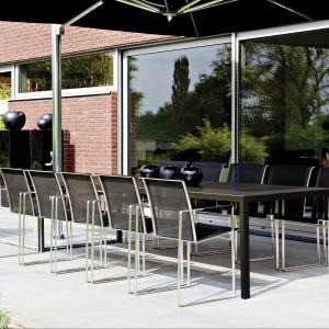 Stół ogrodowy  Nimio 325 marki Fuerna Dentro w wersji z czarnym blatem ZULZU. Wym. 300x100 cm. Fot. Fuera Dentro.