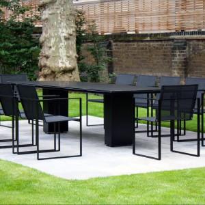 Nowoczesny stół ogrodowy Doble 300 marki Fuerna Dentro w wersji z czarnym blatem ZULZU. Wym. 300x100 cm. Fot. Fuera Dentro.