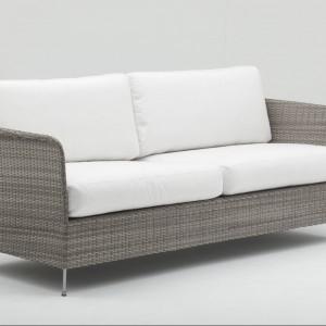 Trzyosobowa sofa Orion z kolekcji Avantgarde duńskiej marki Sika Design z wygodnymi poduchami. Fot. Sika Design.
