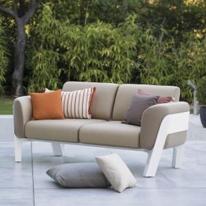 Wygodna sofa z kolekcji Bienvenue marki Ego Paris wykończona w ciepłych beżach. Fot. Ego Paris.