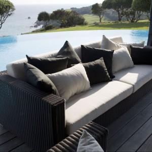 Trzyosobowa sofa z kolekcji Belmont marki Cane Line z wygodnymi poduszkami. Fot. Cane Line.