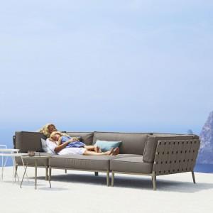 Duża, elegancka sofa na aluminiowych nóżkach z kolekcji Conic marki Cane Line. Fot. Cane Line.