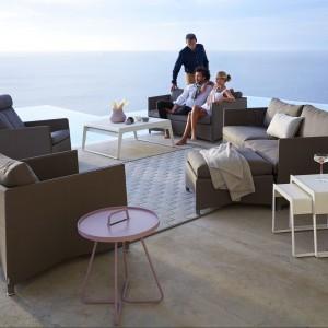 Brązowe, stylowe sofy z kolekcji Diamond marki Cane Line w zestawie z poduszkami. Fot. Cane Line.