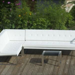 Sofa narożna Banca Lounge marki Fuera Dentro w kolorze białym z poduszkami z charakterystycznym pikowaniem. Fot. Fuera Dentro.