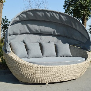 Kanapa ogrodowa z zadaszeniem Cloud marki Miloo wykonana z ekorattanu. Fot. Miloo/Sodo.