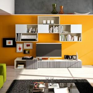 Pomalowanie ściany telewizyjnej na żółto wniosło do szarego pomieszczenia dużo słonecznej energii. Fot. Colombini Casa.