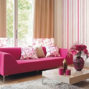 Różowo-biała tapeta z kolekcji Colorado Idaho francuskiej marki Casadeco. Fot. Casadeco.