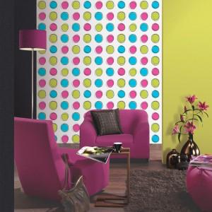 Różowe meble znakomicie wyglądają na tle tapety Lofty w kolorowe kropki. Fot. P+S International.