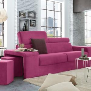 Pokaźna różowa sofa sprawia, że minimalistyczne jasne wnętrze zyskuje oryginalny wygląd. Fot. Colombini Casa.