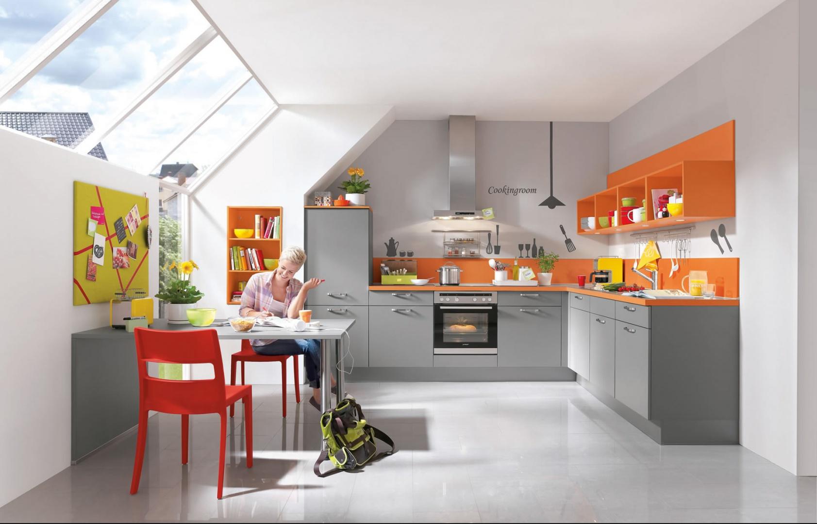 Połączenie koloru szarego i pomarańczowego stanowi idealny duet. Nadaje przestrzeni nowoczesny, ale i ciepły charakter. W takiej kuchni na pewno nigdy nie jest nudno. Fot. Nobilia.