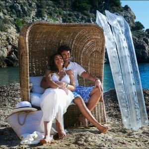 Sofka z zadaszeniem dla dwóch osób marki Riviera Maison. Fot. Riviera Maison.