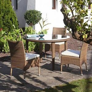 Krzesła i stolik z kolekcji mebli ogrodowych Sudan marki Expormim w kolorze tabaki. Fot. Expormim.