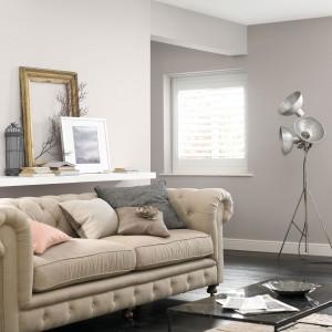 Salon w neutralnych kolorach to idealne miejsce do wypoczywania. Fot Farby Crown.
