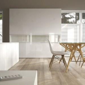 Neutralny jasny salon według marki Dekoral - jasne szarości, beże i biel to sprawdzony zestaw. Fot. Dekoral.