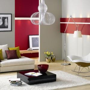 Neutralna jasna szarość połączona na ścianie z czerwienią flamenco. Fot. Dekoral Fashion.