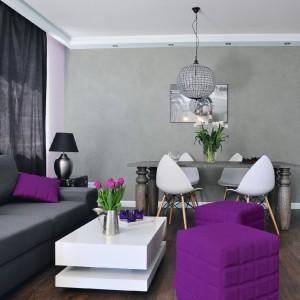 Szara ściana z efektem betonu w towarzystwie intrygującego fioletu prezentuje się ciekawie i tajemniczo. Fot. Tikkurila.