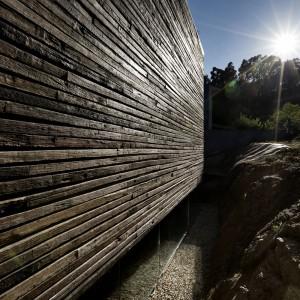 Naturalny kolor drewna sprawia, że budynek doskonale komponuje się z nadmorskim krajobrazem. Fot. Inaki Leite, Dezanove House.