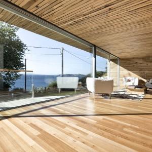 Przeszklone przestrzenie to wspaniały pomysł w przypadku domu mieszczącego się nad morzem. Fot. Inaki Leite, Dezanove House.