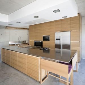 Kuchnia została ukryta za otwartą jadalnią. Fot. Inaki Leite, Dezanove House.