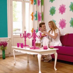 Kwiatowe motywy to także element kolekcji tapet Madame Butterfly Esta Home. Fot. Esta Home.